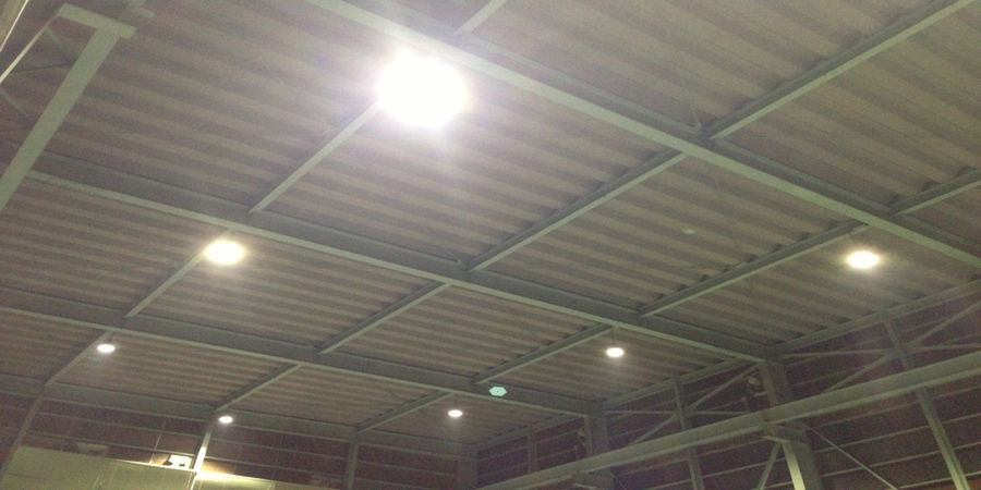 阿賀野市:鉄工業 水銀灯からLED照明に交換工事の様子