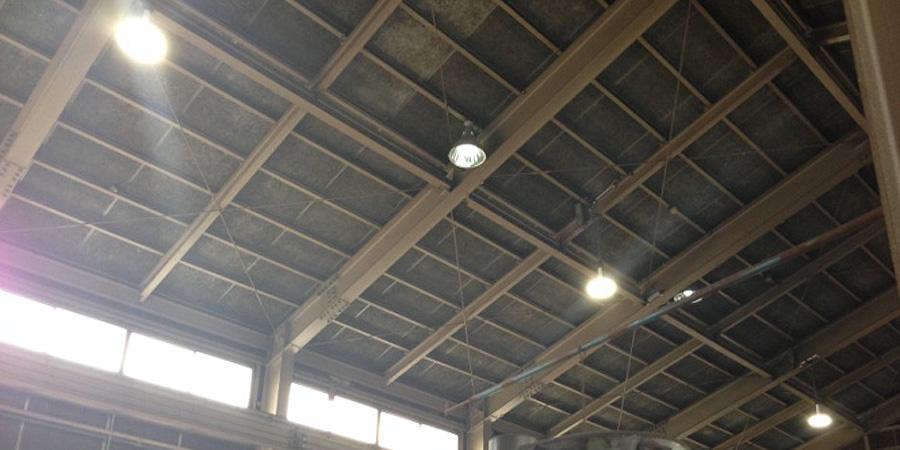 燕市:機械部品製造業 水銀灯からLED照明に交換工事の様子