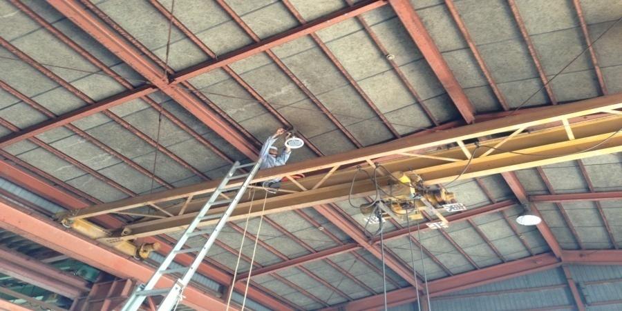 五泉市:鉄工業 水銀灯からLED照明に交換工事の様子
