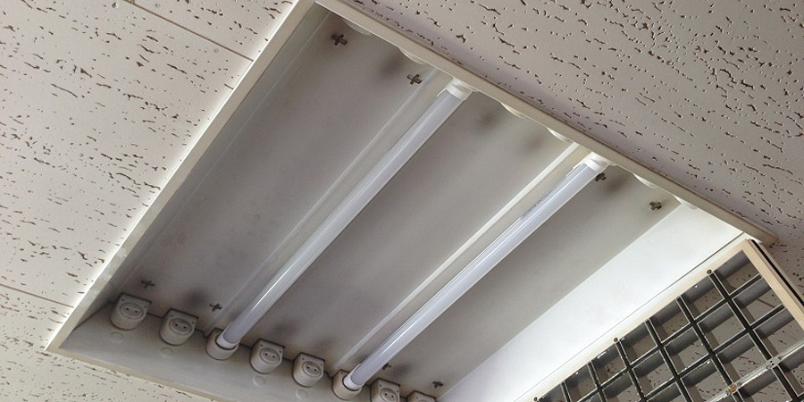 新潟市:リフォーム業 水銀灯からLED蛍光灯×16灯に交換工事