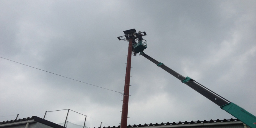 長岡市:ゴルフ場 水銀灯からLED照明に交換工事の様子