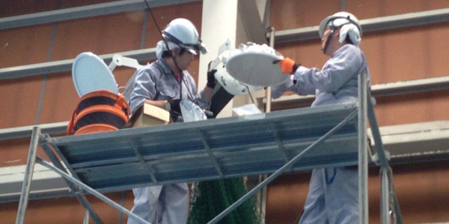 新潟市:テニス場 水銀灯からLED照明に交換工事の様子