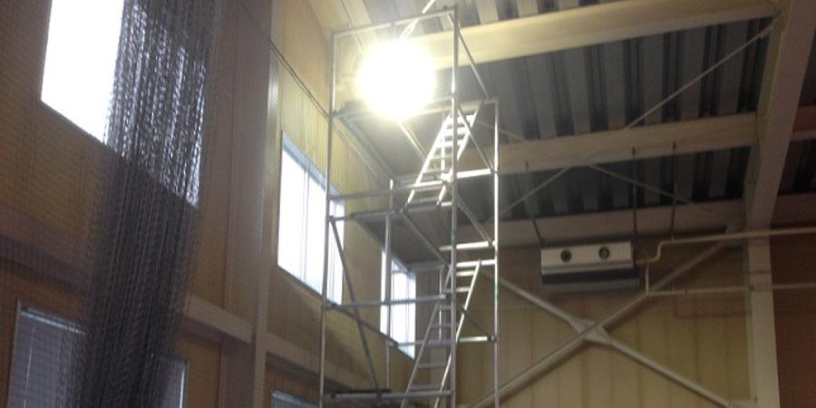 長岡市:テニス場 水銀灯からLED照明に交換工事の様子